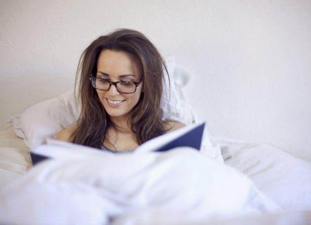 Resultado de imagen de leer libro en la cama