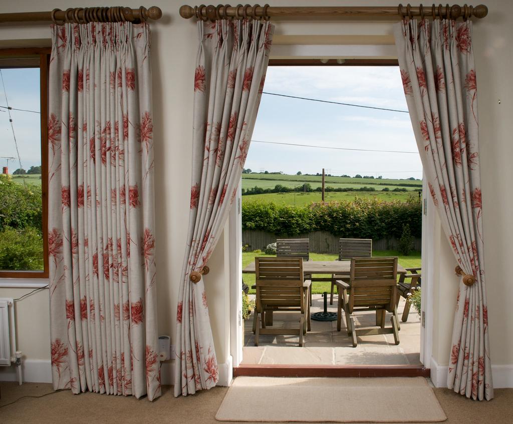 5 diseños de cortinas para decorar tu comedor