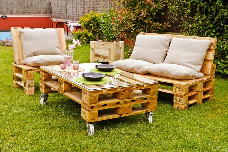 Sofá y mesa de jardín con palets